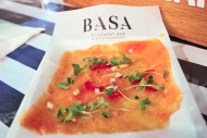 Carpaccio de trucha con vinagreta cítrica y cebolla colorada, de BASA / Rainbow trout carpaccio with citrusy vinaigrette and red onion, by BASA