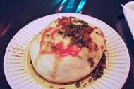 Chorichang: chorizo de cerdo asado envuelto en pan min pai al vapor y chimicurri, por Calle Manduque / Chorichang: roasted pork chorizo wrapped in steamed min pao bread with chimichurri, by Calle Manduque